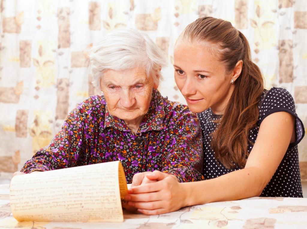 La secrétaire peut se déplacer à domicile pour aider les personnes âgées dans leurs tâches administratives.